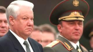 Борис Ельцин и павел Грачев во время церемонии возложения венков к могиле Неизвестного Солдата 8 мая 1996 года