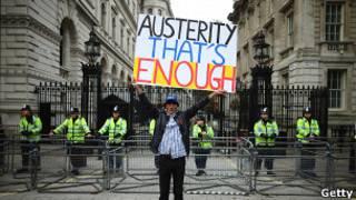 """Манифестант с плакатом: """"Хватит жесткой экономии"""" в Лондоне"""