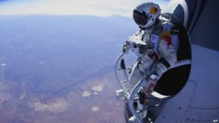 Felix Baumgartner a segundos de saltar desde su cápsula.