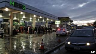 Люди в очереди за бензином в Нью-Йорке