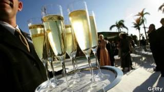 Garçom com champagne (Foto Getty Image)