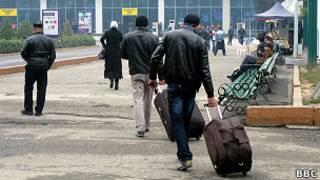 Таджикские мигранты направляются в аэропорт