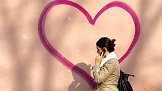मोबाइल पर बात करती महिला