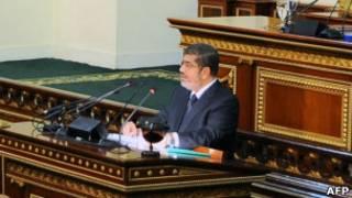 Le président égyptien Mohamed Morsi a affirmé samedi sur Twitter qu'il allait procéder à un remaniement ministériel.