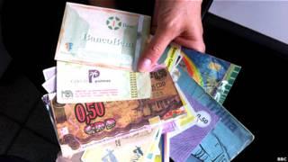Una mano sosteniendo monedas sociales.