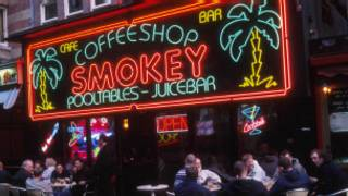 Amsterdam'da esrar içilebilen kafelerden biri