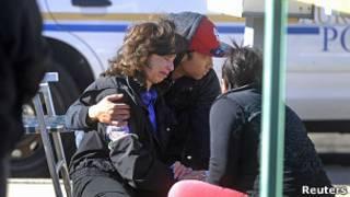 Женщина возле здания в Колорадо, где произошла стрельба