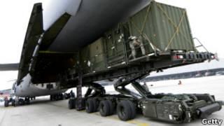 Soldados alemanes carga avión con sistemas Patriot con destino a Turquía