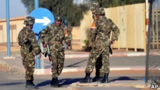 Soldados en las afueras de la planta de gas