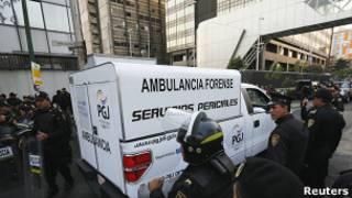 Машина судебно-медицинских экспертов подъезжает к зданию Pemex