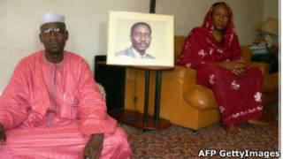 La veuve d'Ibni Oumar, Sadia Ibrahim (à droite) dans son appartement