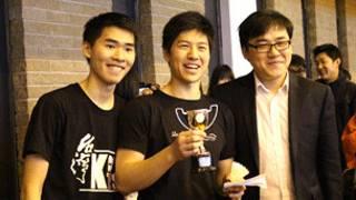 (左起)倫敦國王學院台灣同學會會長簡平帆,團體冠軍隊獲得者、倫敦國王學院在英華人協會會長Byron Lu Morrell ,倫敦國王學院中國學聯主席張軍歡。