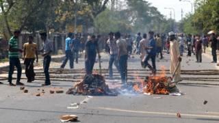 محتجون يشعلون النار في الطرقات