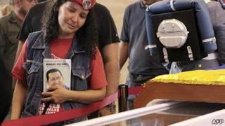 Seguidora de Chávez frente al féretro del líder venezolano