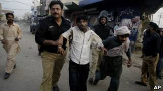 Полицейские и участники акции протеста