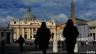 Personas pasean en la Plaza de San Pedro, en el Vaticano