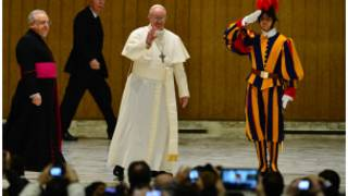 Giáo hoàng vẫy tay với các nhà báo