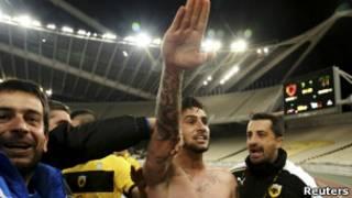 Футболист Катидис празднует победу