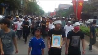 Hình ảnh mang quan tài trên đường phố Vĩnh Yên hôm 17/3
