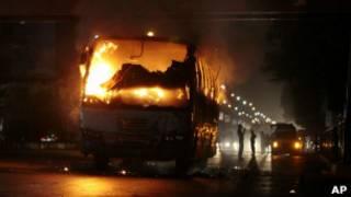 vehiculos_incendiados_bangladesh