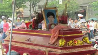 Quan tài Nguyễn Tuấn Anh được đem đi diễu phố
