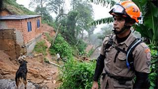 Bombeiros trabalham nas áreas afetadas de Petrópolis (Foto: Tânia Rêgo/ABr)