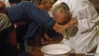 Ainda cardeal, Jorge Bergoglio em missa de lava-pés em Buenos Aires, em 2008 (Reuters)