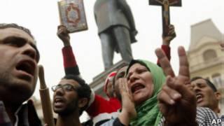 Manifestantes en El Cairo frente a sede de los Hermanos Musulmanes
