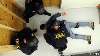 अभ्यासमा लागू औषध कानून नियन्त्रण गर्ने अमेरकी  सुरक्षाकर्मी