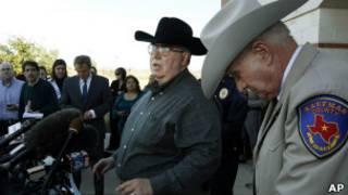 Майк МакЛеланд (на фото в центре) отвечает на вопросы журналистов