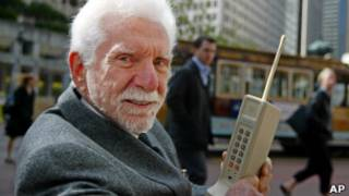 Мартин Купер со старым мобильным телефоном