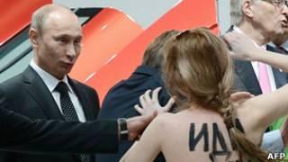 Путин и активистка Femen
