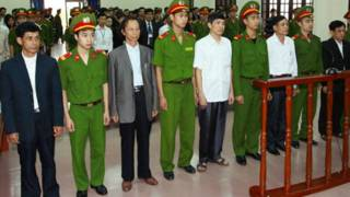 Các quan chức đứng trước Tòa