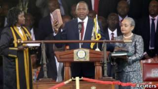 Rais Uhuru Kenyatta wa Kenya  akiapishwa mjini Nairobi mwezi Aprili