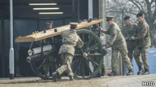 Солдаты готовят лафет для похорон Тэтчер
