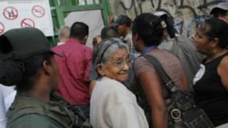 caracas'ta oy merkezi önünden bir kare