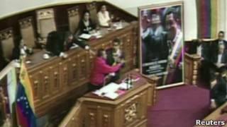 Homem invadindo a tribuna onde Maduro discursava (Reuters)