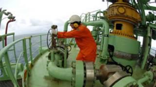 Funcionário faz manutenção em plataforma de petróleo Foto Agência Petrobras