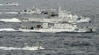 Японский пограничный катер и китайский сторожевой корабль