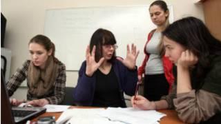 Avrupa Sosyal Bilimler Üniversitesi'ndeki derslerinden bir an görülüyor