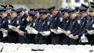 Policías en el servicio conmemorativo por Sean Collier