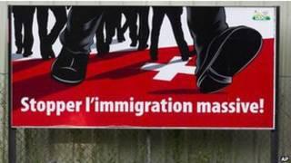 isviçre'de göçmen karşıtlığını hicveden bir poster görülüyor