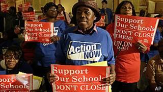 Manifestantes opuestos a los cierres
