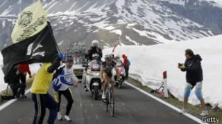 Giro de Italia en medio de la nieve