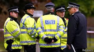 أفراد من شرطة لندن في مكان الإعتداء