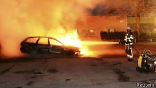 Carro incendiado nos arredores de Estocolmo (Reuters)