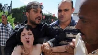 Feminista en topless arrestada en Túnez