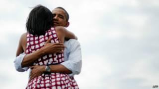 Abraço de Barack e Michelle Obama | Foto: AFP
