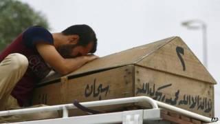 Llorando por uno de los muertos en Irak