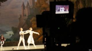 Телевизионная камера направлена на сцену Мариинки